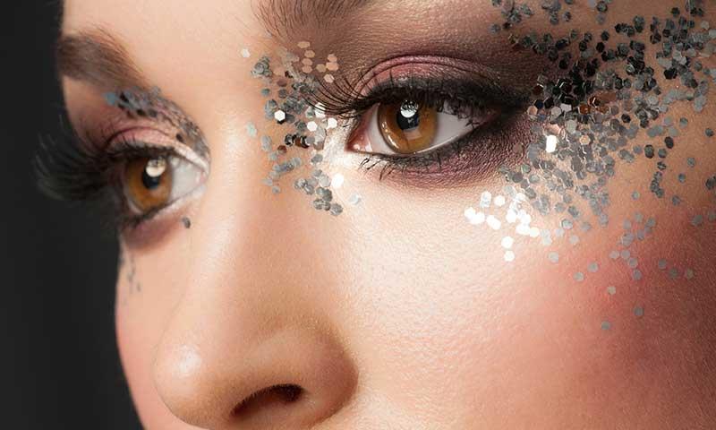 maquillaje con glitter toque de luz