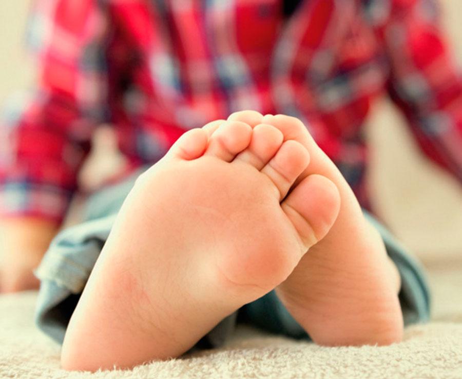 pies en los zapatos colegiales